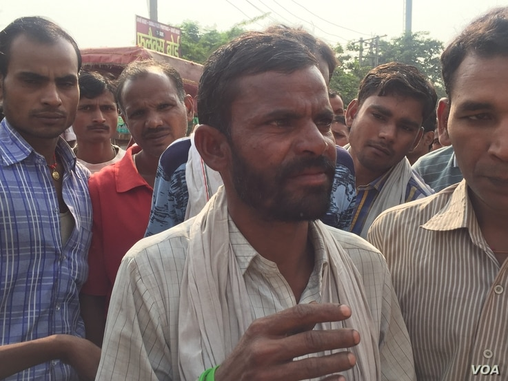 Older men point out that they  get lesser work because the numbers of those seeking jobs have increased as India's youth population swells. (A. Pasricha/VOA)