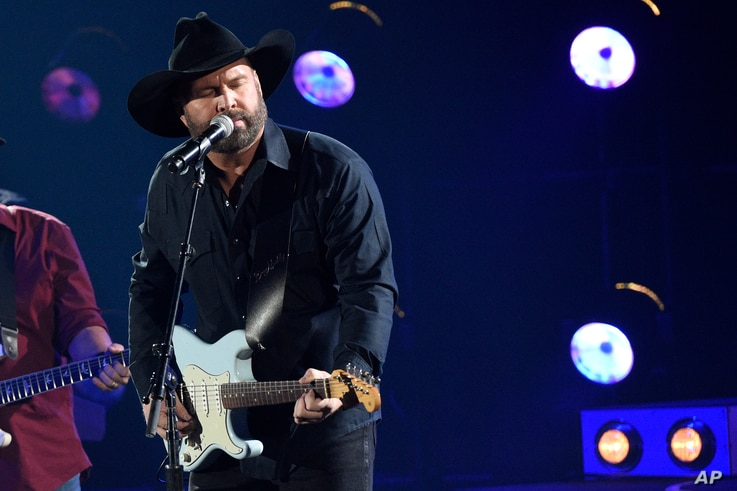 """Garth Brooks performs """"Ask Me How I Know"""" at the 51st annual CMA Awards at the Bridgestone Arena, Nov. 8, 2017, in Nashville, Tennessee."""