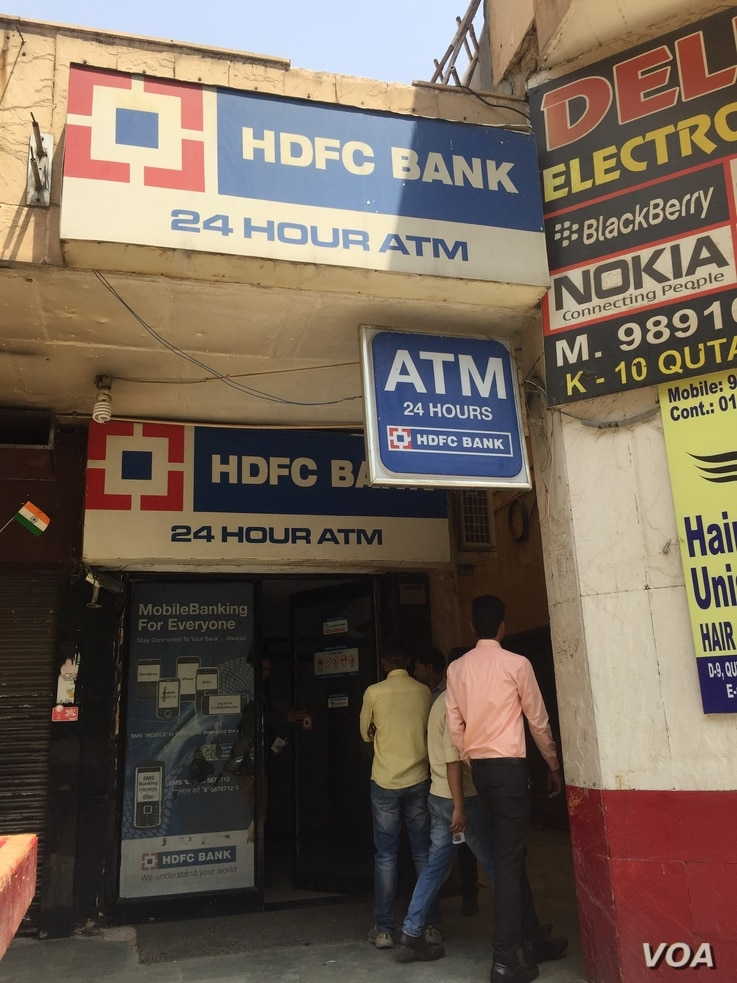 The situation has normalized at banks and ATMs, which had drawn huge lines of people wanting to change old notes for new a few months ago. (A. Pasricha/VOA)