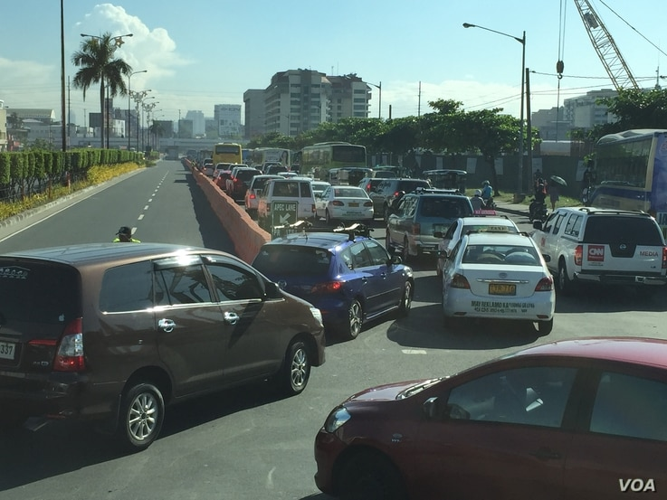Traffic close to the main APEC venues barely moves during Monday morning's rush hour, Pasay City, right next to the southern edge of Manila, Philippines, Nov. 16, 2015. (S. Orendain/VOA)