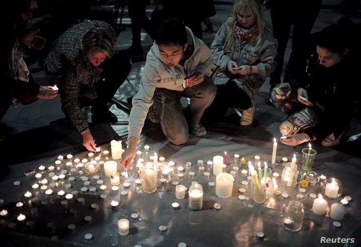 Supporters of Australian convicted drug traffickers Andrew Chan and Myuran Sukumaran light candles during a vigil in Sydney, Australia, April 28, 2015.