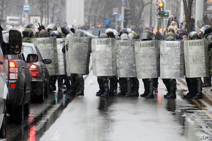 Belarus police block a street during an opposition rally in Minsk, March 25, 2017. Police in the Belarusian capital have begun wide-scale arrests protesters who had gathered for a forbidden demonstration that they hoped would build on a rising wave o...