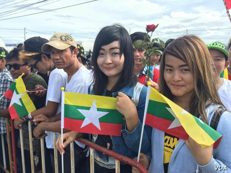 Admirers of Aung San Suu Kyi wait to see her during her trip to Thailand, June 23, 2016. (Z. Aung/VOA)
