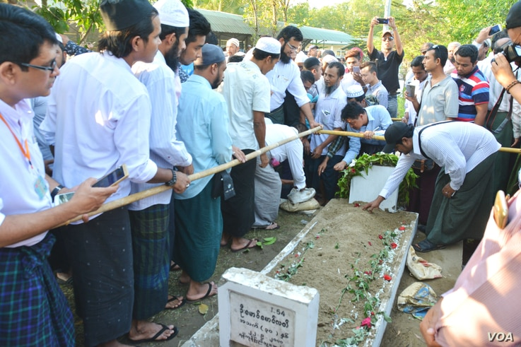 Muslim mourners in Yangon pour sand on the grave of Ko Ni, a slain NLD member and lawyer. (Paul Vrieze/VOA)
