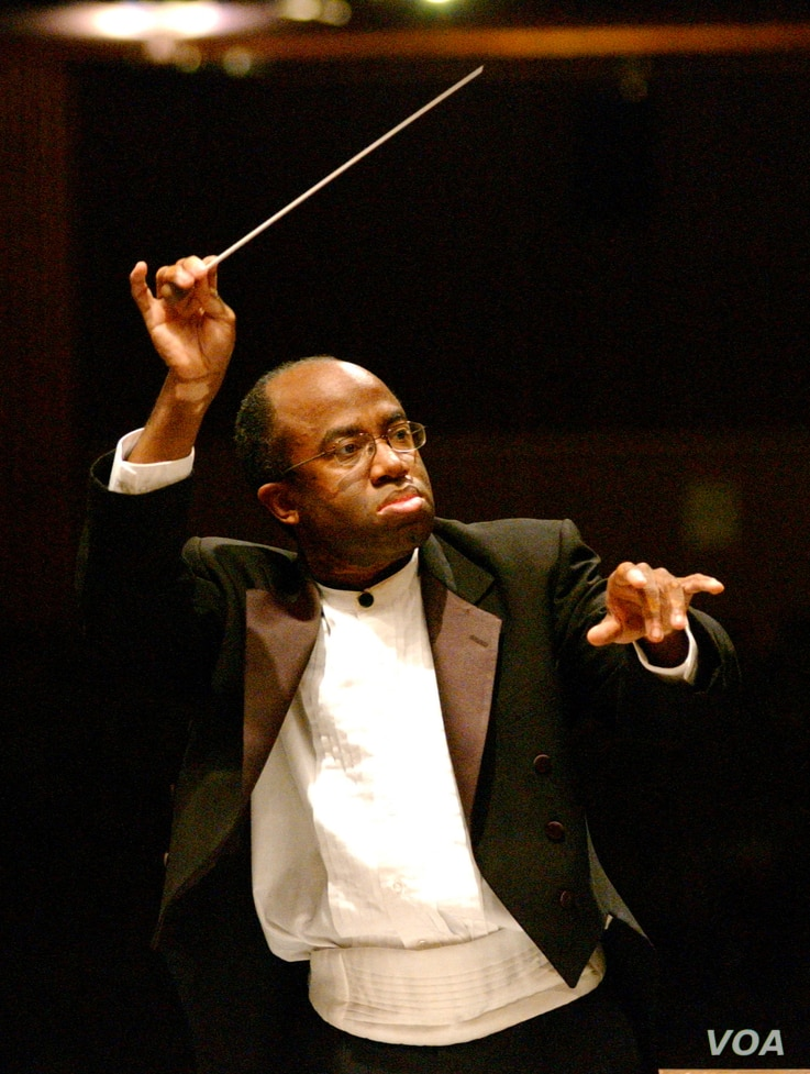 Michael Morgan conducts the Oakland East Bay Symphony in California. (Pat Johnson)