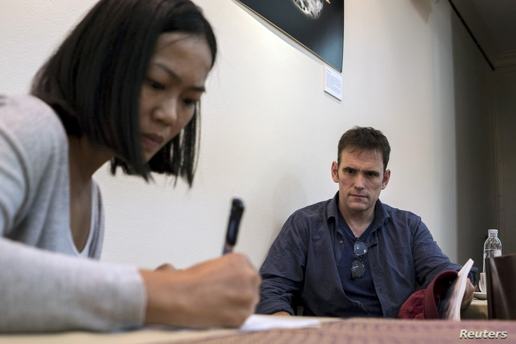 U.S actor Matt Dillon (R) attends a discussion on the Rohingya migrant issues at the Foreign Correspondents' Club of Thailand in Bangkok, Thailand, June 2, 2015. REUTERS/Athit Perawongmetha - RTR4YFSL