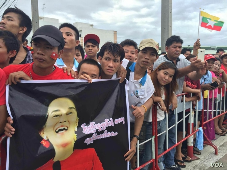 Burmese living in Thailand wait to see Aung San Suu Kyi during her trip to Thailand, June 23, 2016. (Z. Aung/VOA)