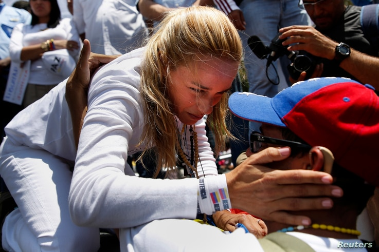 Lilian Tintori, wife of jailed opposition leader Leopoldo Lopez, greets a supporter during a rally in support of him in Los Teques outside Caracas March 18, 2014. REUTERS/Carlos Garcia Rawlins