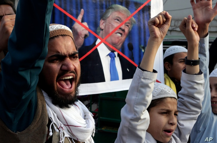 Pakistani religious students protest against U.S. President Donald Trump in Lahore, Jan. 5, 2018.