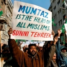 Supporters of the Sunni Tehreek religious party hold placards in support for Malik Mumtaz Hussain Qadri, the gunmen detained for the killing of Punjab Governor Salman Taseer, in Hyderabad, 09 Jan 2011.