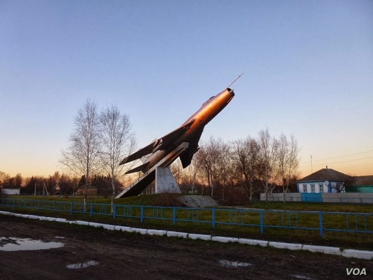 A Soviet-era monument in Zhernklyovy village, eastern Ukraine, Nov. 29, 2013. (Henry Ridgwell for VOA)