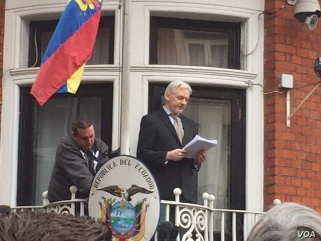 Julian Assange emerged from the Ecuadorian Embassy in London to deliver a statement from the balcony. After the statement, he went back inside, Feb. 5, 2016. (Photo: L. Ramirez / VOA)