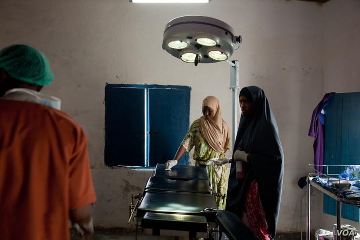 A nurse prepares the operating table for surgery, Ras Kamboni, Somalia, July 6, 2012. (R. Gogineni / VOA)