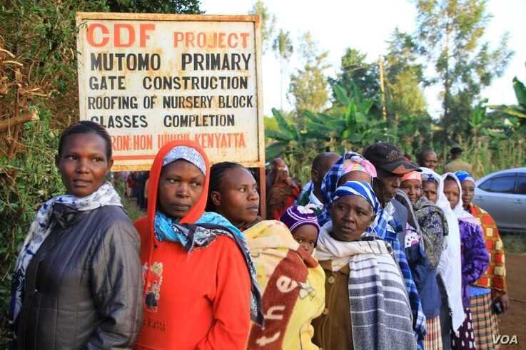 Lines form down the road to Mutomo Primary School as voters exercise patience during the Kenyan general elections of March 4, 2013. (J. Craig/VOA)