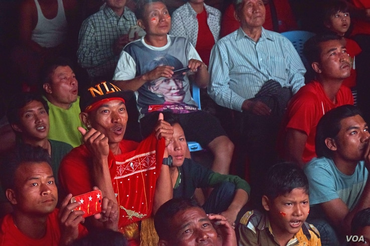 NLD supporters eagerly await election results displayed on a big screen at NLD headquarters in Mandalay. (Photo - D. de Carteret/VOA)