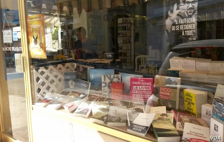 A slew of books are on display at L'Alba bookstore in the French town of Ile Rousse. (L. Bryant/VOA)