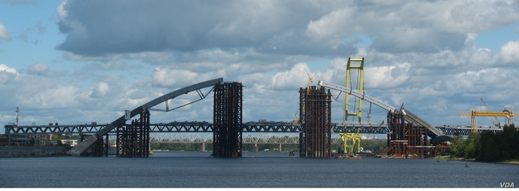 Construction on the vast Podilsko-Voskresenskyi Bridge, a rail and road crossing over the Dnieper River, started 26 years ago.