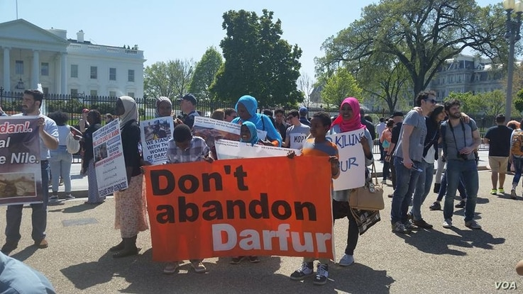 """About 100 demonstrators chanted """"Stop genocide in Darfur"""" and """"Justice, justice for Darfur"""" outside the White House in Washington, D.C., April 16, 2016. (N. Taha/VOA)"""