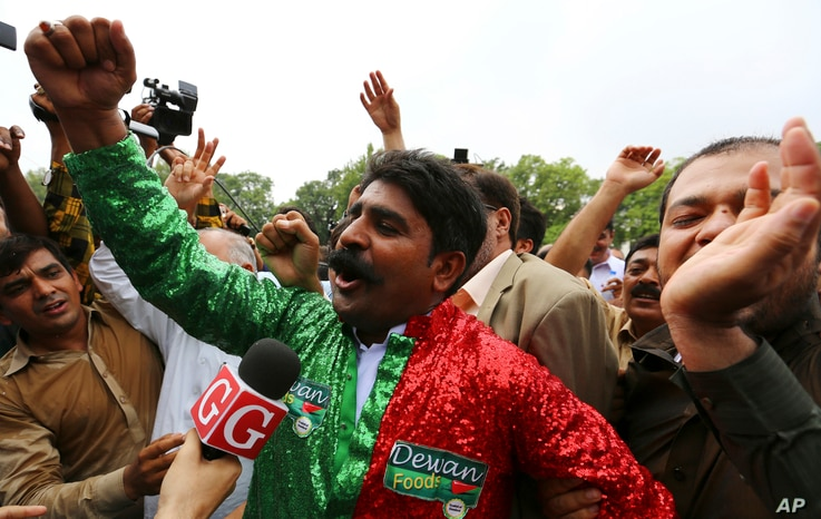 Supporters of the opposition parties celebrate the dismissal of Pakistani Prime Minister Nawaz Sharif outside the Supreme Court in Islamabad, Pakistan, July 28, 2017.