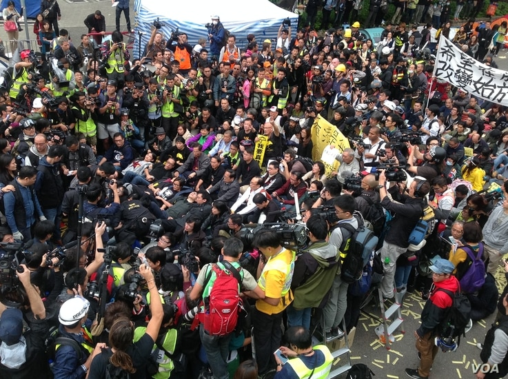 Protesters refuse to clear the streets and defy police efforts to have them vacate the occupied areas of Hong Kong, Dec. 11, 2014. (Hai Yan/VOA)