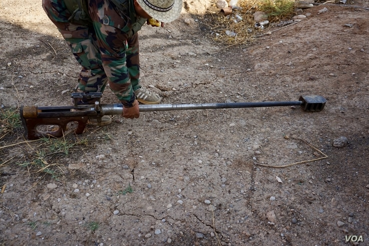 A huge sniper rifle, homemade by Islamic State fighters, is able to fire a round at a target four kilometers away, Nov. 8, 2016. (J. Dettmer/VOA)