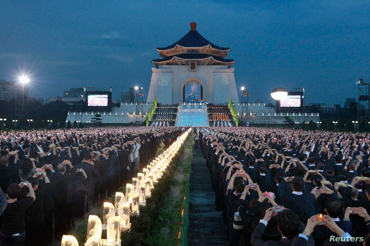 Buddhists pray during a ceremony to commemorate the birth of Buddha, at the Chiang Kai-shek Memorial Hall in Taipei May 11, 2014.