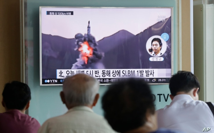 People watch a TV news program showing a file footage of North Korea's ballistic missile that the North claimed to have launched from underwater, at Seoul Railway station in Seoul, South Korea, Aug. 24, 2016.