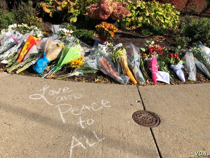 With all streets blocked off around the Tree of Life synagogue, mourners create mini-memorials on surrounding sidewalks, in Pittsburgh, Pennsylvania, Oct. 30, 2018. (C. Presutti/VOA)