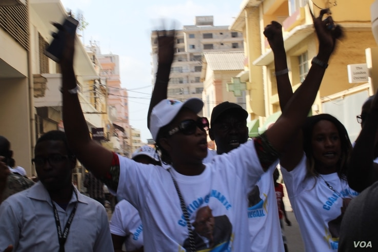 Abdoulaye Wade supporters gather in Dakar's city center to protest against what the say is a poor organization of upcoming legislative elections, July 25, 2017. (S. Christensen/VOA)