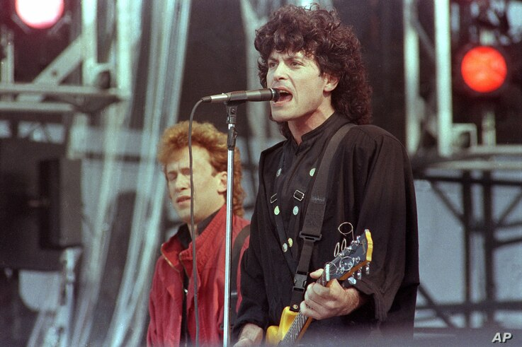 FILE - Eric Bazilian, lead singer of the The Hooters, performs during the Live Aid famine relief concert at JFK Stadium in Philadelphia, Pa., July 13,1985.