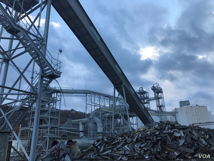 Industrial refuse is scattered across the grounds of the former Ormet aluminum plant, Hannibal, Ohio, Nov. 8, 2016. (C. Yu/VOA News)