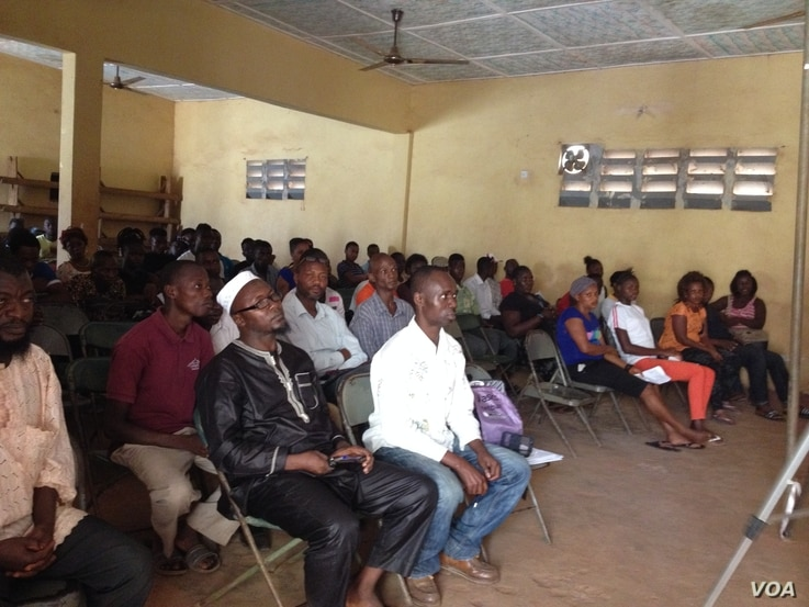 The community of Kamayama, in Freetown, Sierra Leone, came out to hear about dangers of female genital mutilation at an event held by the National Movement for Emancipation and Progress, Feb. 6, 2016. (N. DeVries/VOA)