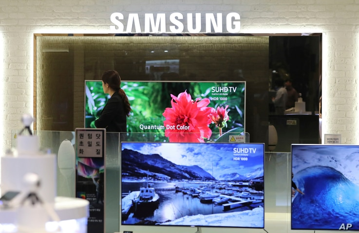 A shopper walks by a Samsung Electronics store in Seoul, South Korea, April 7, 2017. Samsung Electronics said in April that its first-quarter profit jumped 48 percent.
