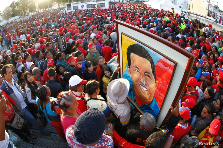 Supporters of Venezuela's late President Hugo Chavez wait for a chance to view his body at the military academy in Caracas, March 8, 2013.
