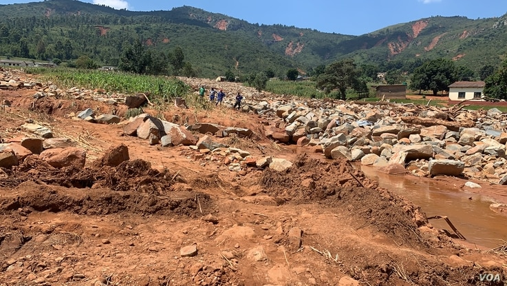 Boulders and mud left by Cyclone Idai in Zimbabwe are making it difficult for relatives to search for their relatives in Chimanimani district, March 28, 2019.