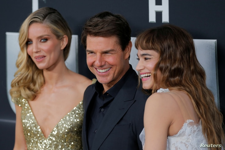 """Actor Tom Cruise arrives with Annabelle Wallis, left, and Sofia Boutella for the premiere of the film """"The Mummy"""" in New York, June 6, 2017."""