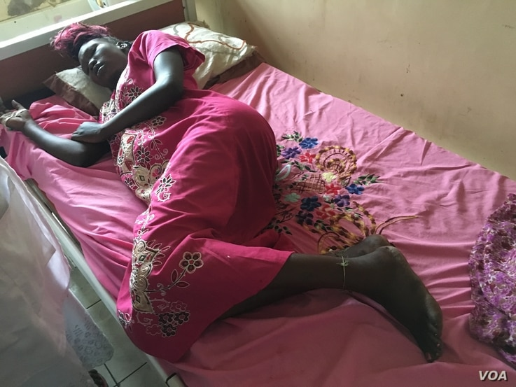Helen Emmanuel lies in labor in need of a C-section in Juba Teaching Hospital, South Sudan's largest medical facility, May 23, 2016. The hospital has not had electricity for surgeries for a week. (J. Patinkin/VOA)