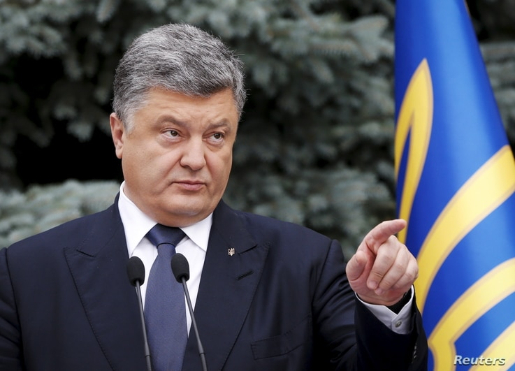 President Petro Poroshenko gestures as he lays out proposals on decentralizing power, in Kyiv, Ukraine, July 1, 2015.
