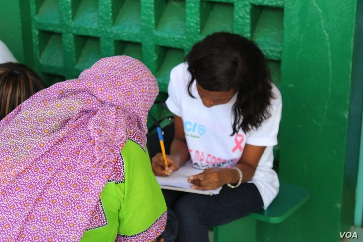 A woman signs up for a free breast and cervical cancer screening organized by nonprofit Junior Chamber International at the Philippe Maguilen Senghor health center in Yoff, Dakar, Senegal, April 22, 2017. (S. Christensen/VOA)