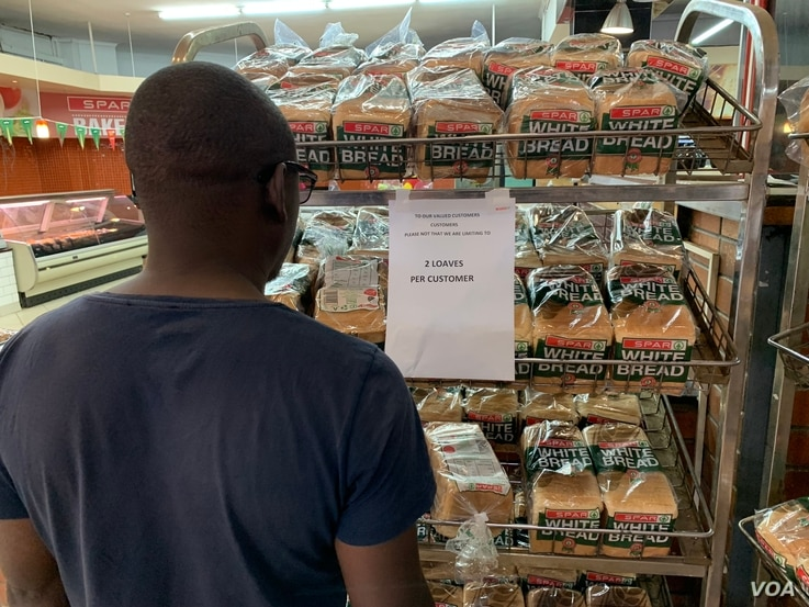 Zimbabweans are limited to just two loaves as part of efforts to ensure everyone gets some bread since supply is not meeting demand. Picture taken in Harare, Oct. 13, 2018.