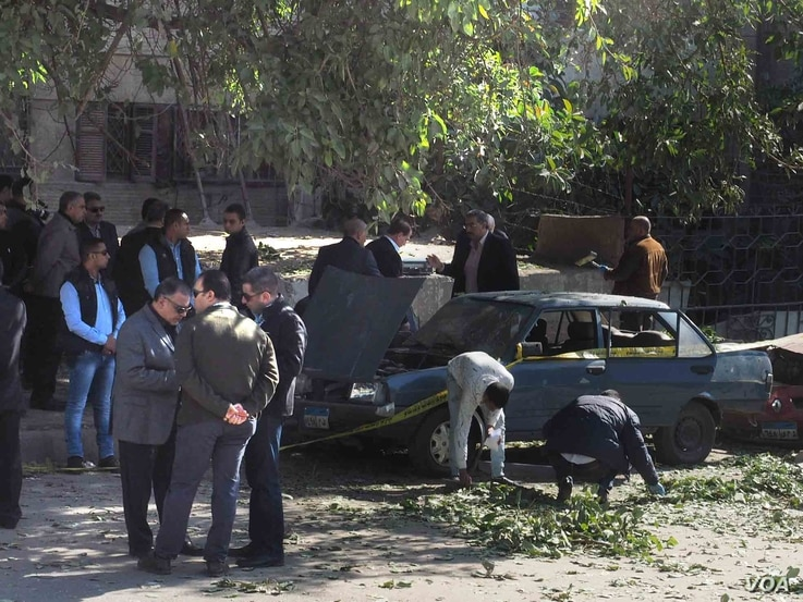 Detectives inspect the site of an explosion in Giza, Egypt, Dec. 9, 2016. (H. Elrasam/VOA)