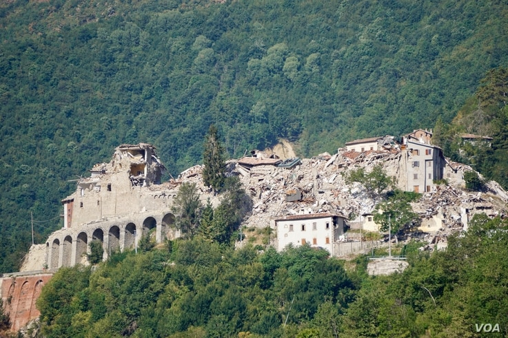 The remains of the Pescara del Tronto, a tiny hilltop town are seen in Italy's Marche region. More than 10 people died here in last year's tremblor out of a permanent population Of 100. (J. Dettmer/VOA)