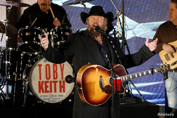 """Toby Keith performs at the """"Make America Great Again! Welcome Celebration"""" concert at the Lincoln Memorial in Washington, Jan. 19, 2017."""