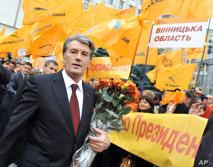 """FILE - Supporters of """"Our Ukraine"""" party greet Ukrainian President Victor Yushchenko near the Central Election Committee in Kyiv, Ukraine, Oct. 27, 2009."""