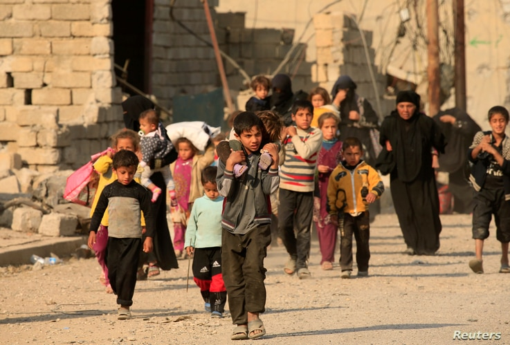 Displaced people who fled the violence of Islamic State militants in Hammam al-Alil, south of Mosul, head to safer territory in Iraq, Nov. 7, 2016.