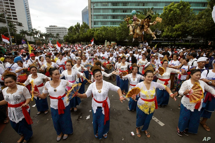 Balinese dancers perform during a rally in Jakarta, Indonesia, Dec. 4, 2016. Thousands of Indonesians rallied in the center of the capital Jakarta on Sunday, calling for tolerance and unity after massive protests by conservative Muslims against the c...