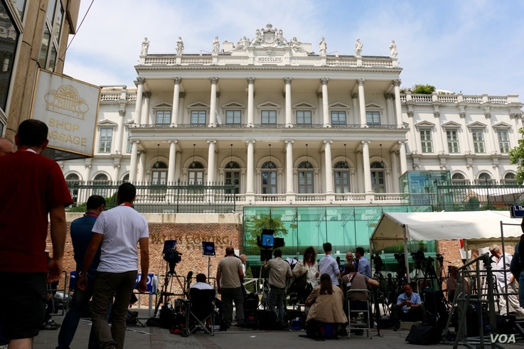 Press stake out positions in front of the Coburg Palace in Vienna, Austria, where the Iran nuclear talks are being held, July 6, 2015. (Photo: Brian Allen / VOA)