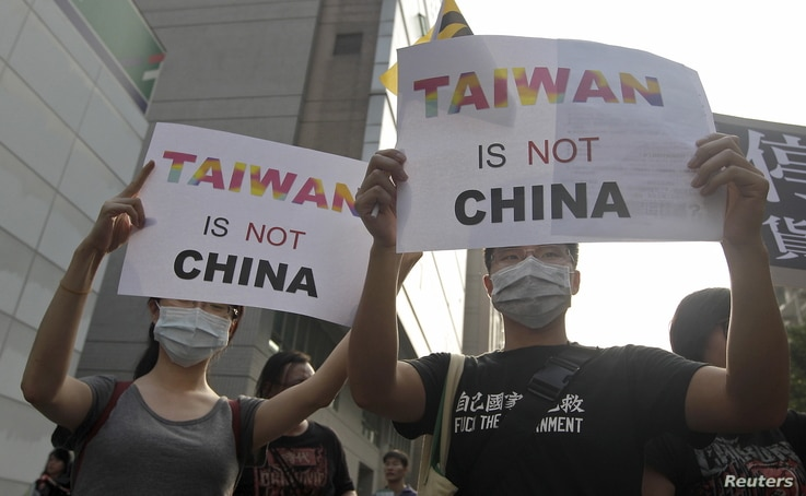 Activists protest against the Singapore meeting between Taiwan's President Ma Ying-jeou and China's President Xi Jinping outside the Ministry of Economic Affairs in Taipei, Taiwan, Nov.  7, 2015.