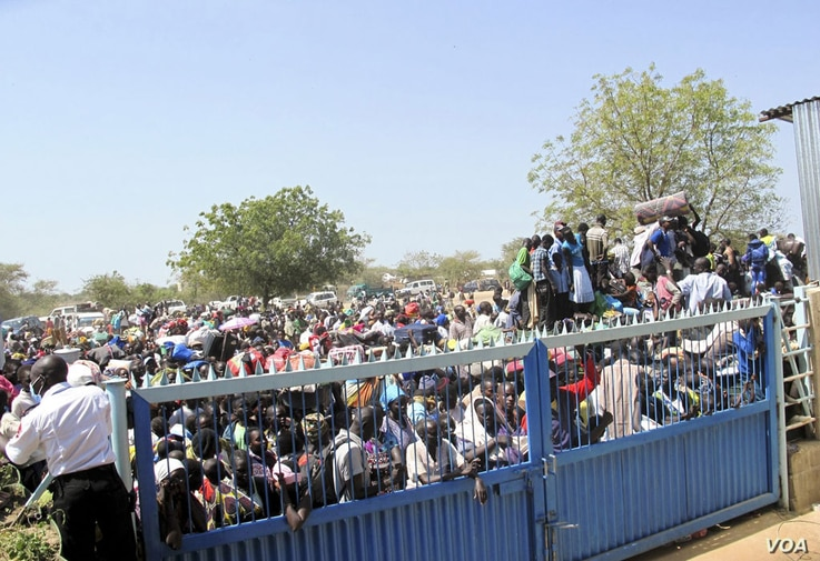 Civilians crush up against the gates of the UNMISS compound in Bor, Jonglei state, days after South Sudan erupted in violence in December 2013.