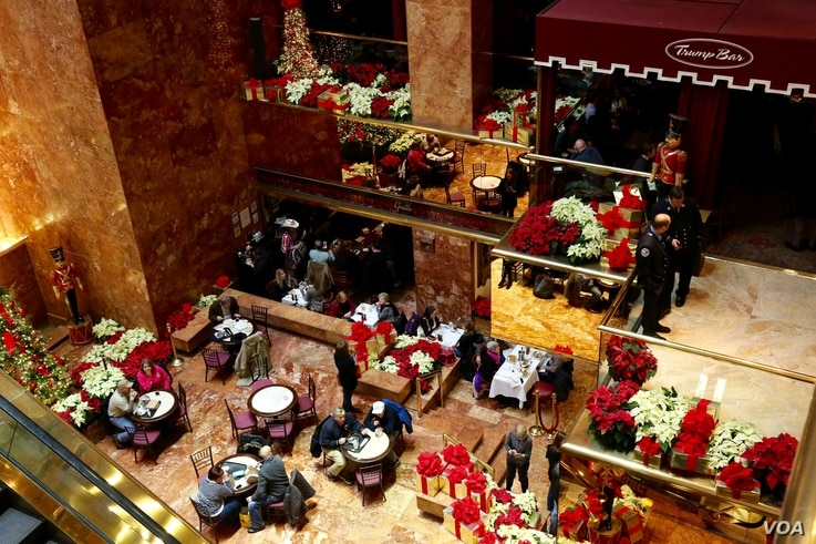 Customers and holiday flowers dot Trump Bar at Trump Tower in New York, Dec. 12, 2016. (R. Taylor/VOA)